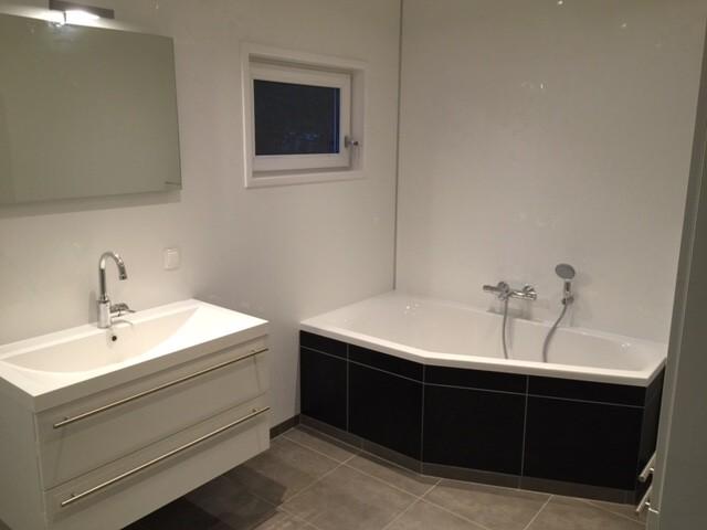 zweiteiliges Mobilheim Kunde 9,00 x 13,00 m Badezimmer mit Badewanne