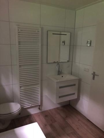 Kundenmobilheim 7,80 x 10,70 Badezimmer Badezimmermöbel mit Schubladenschrank, Waschtisch und beleuchtetem Spiegel