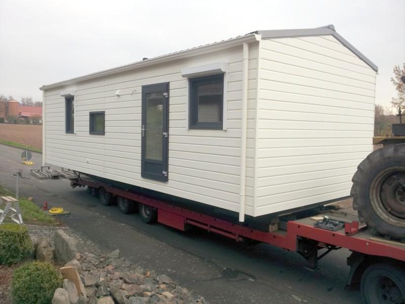 Kranen eines Kundenmobilheims 4,00 x 10,00 m: Ankunft auf dem LWK