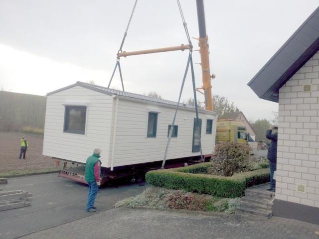 Kranen eines Kundenmobilheims 4,00 x 10,00 m: anheben