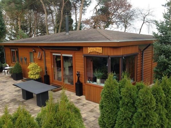 einteiliges Mobilheim mit Fassade in Holzoptik Mobilheimpark Nederheide