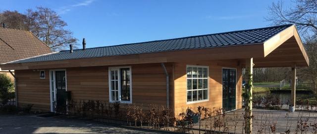 Mobilheim Allegro mit Fassade in Holzoptik und überdachter Terrasse