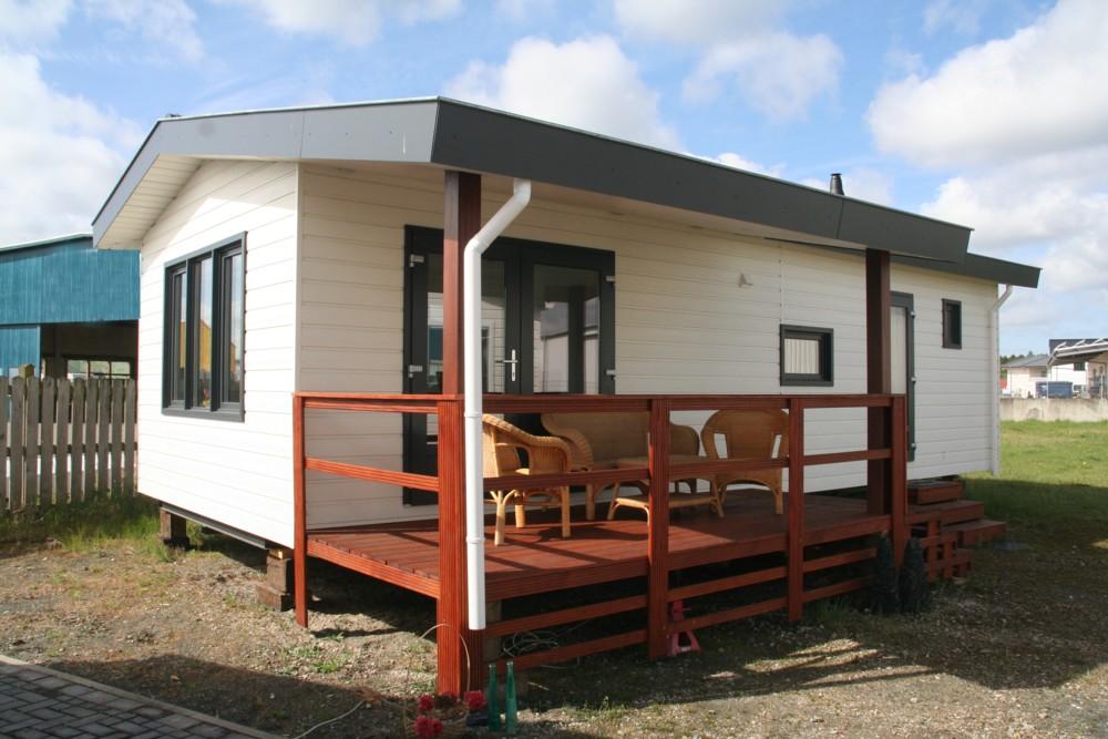 Ausstellungsmobilheim mit überdachter Terrasse (Dach und Boden für den Transport geklappt)