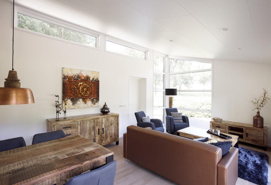 Mobilheim EcoSun mit auslaufender Decke und Oberlichtern im Wohnbereich